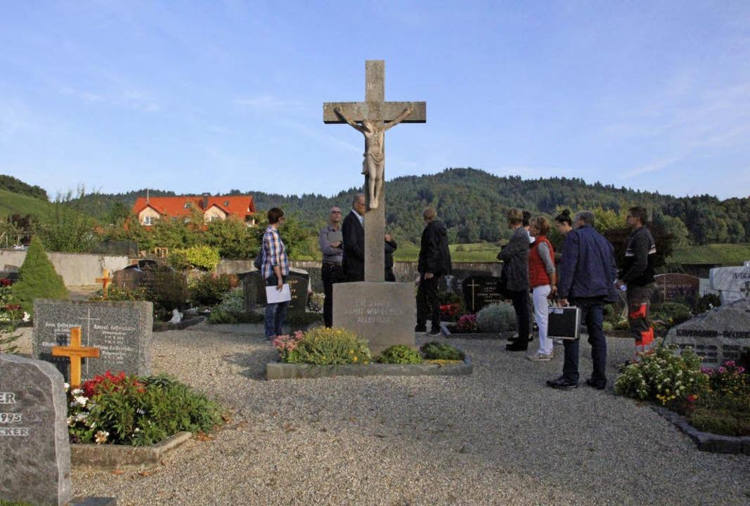 Bei der Sanierung des Friedhofs steht ...Kreuz im Weg und soll versetzt werden.    Foto: Sabine Model