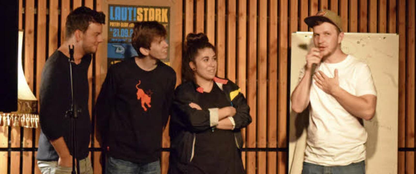 Die Slam-Finalisten Marius Loy, Noah K... (v.l.) mit Moderator Nik Salsflausen   | Foto: Sandra Raith