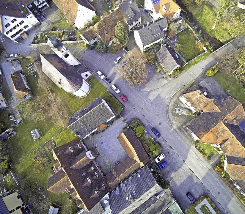 Ihren Dorfplatz zwischen Kirche (oben ...reffpunkt für die Bürger umgestalten.     Foto: Michael Saurer