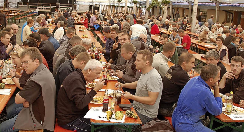 Auftakt zum Winzerfest: Um die Mittags...lt weilten, um währschaft zu speisen.     Foto: Herbert Frey