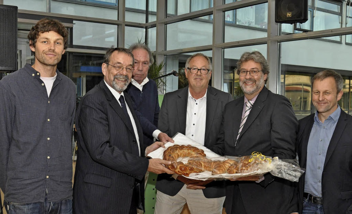 Bürgermeister Martin Obert (Zweiter vo...ks) Planer Nils Hauf (links) entgegen.    Foto: Kai Kricheldorff