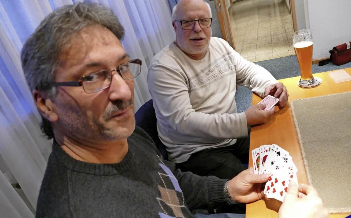 Vorsitzender Michael Steininger (links... spielen leidenschaftlich gerne Skat.   | Foto: Hrvoje Miloslavic