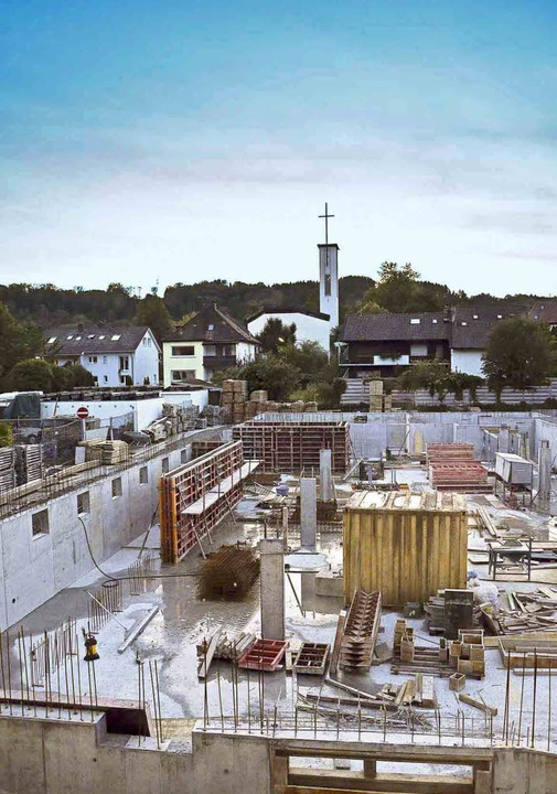 Der Stahlbetonbau nimmt hinter dem Weh...nd die Kellerabteile für die Bewohner.  | Foto: Erika Bader