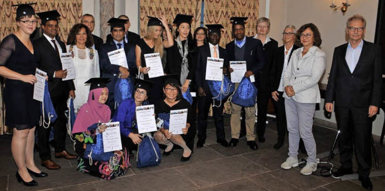 Geschafft: Die ersten Absolventen haben ihr Zeugnis erhalten.  | Foto: Franz Ehret
