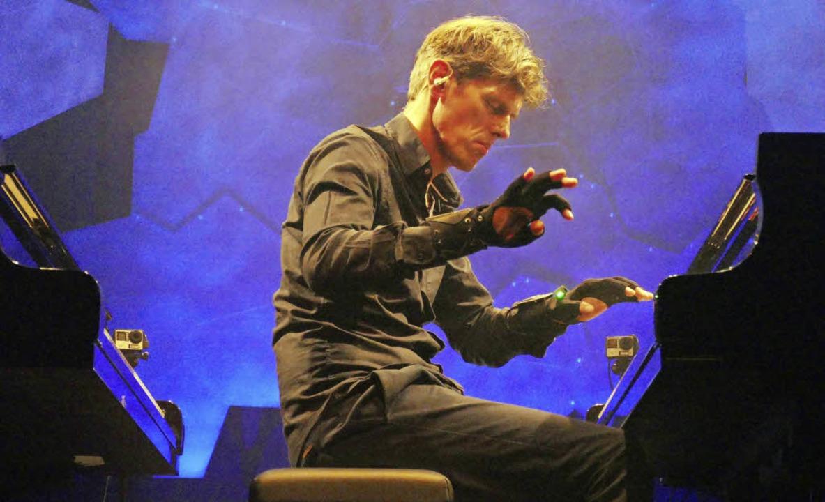Der Pianist mit den Datenhandschuhen: ...id beim Auftritt im Freiburger E-Werk   | Foto: Wolfgang Grabherr