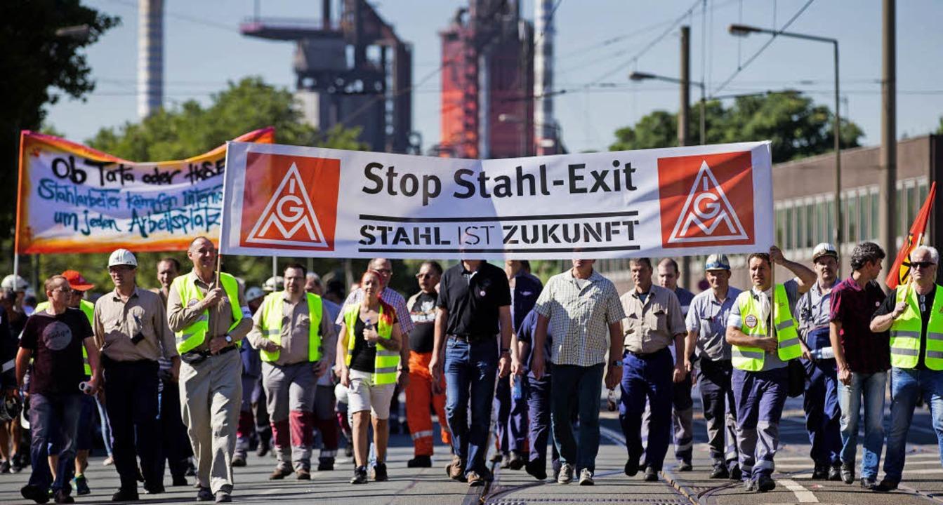 Stahlarbeiter  in Duisburg demonstrier...geplante Fusion und den Personalabbau.    Foto: dpa