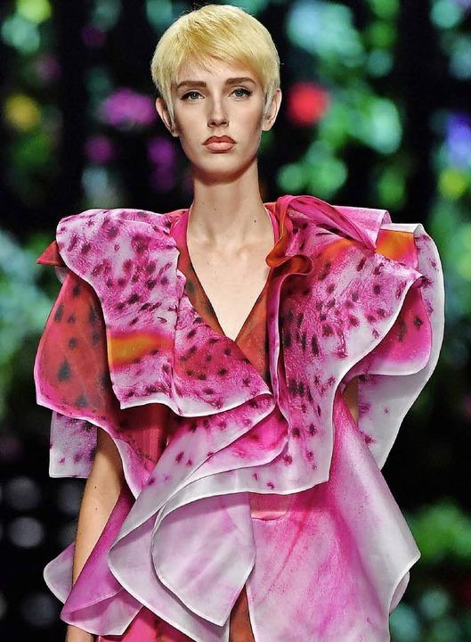 Wie eine Blume: ein Model in der Moschino-Show  | Foto: AFP