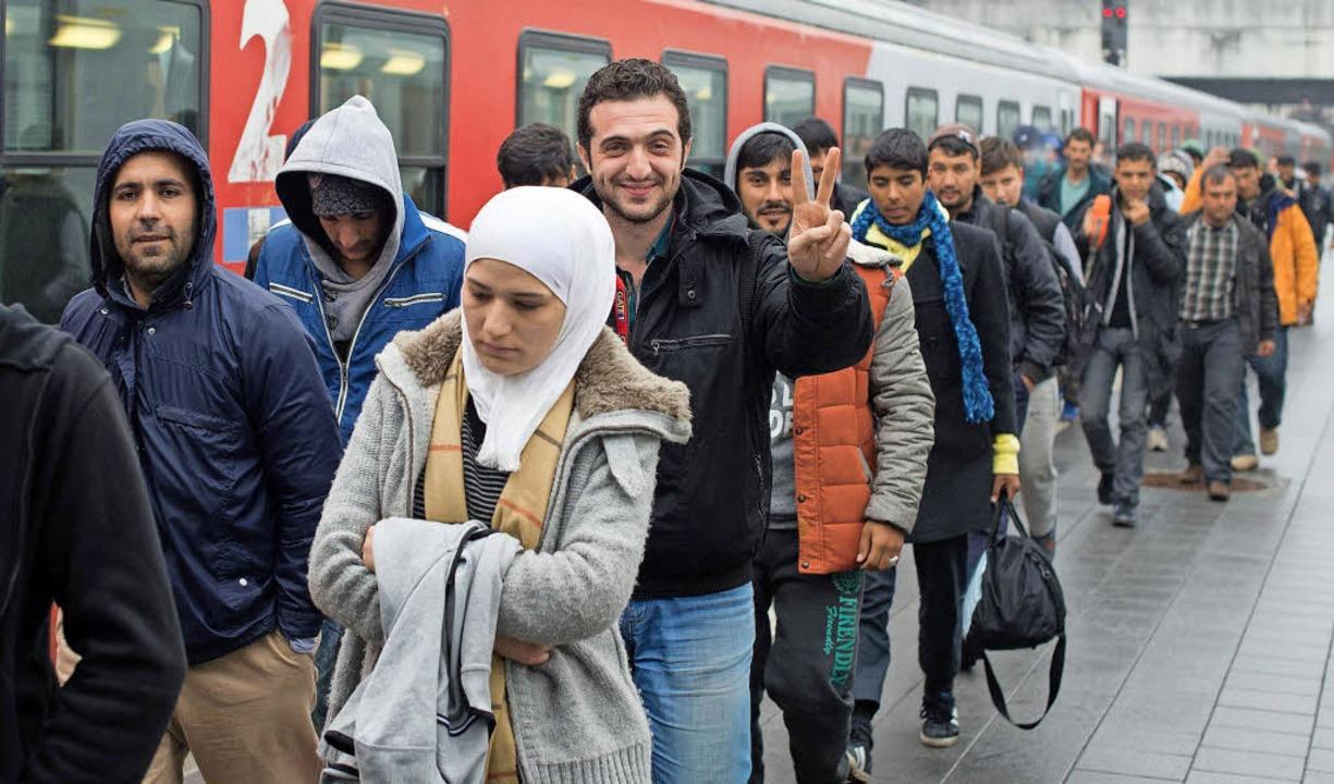 Flüchtlinge erreichen im Oktober 2015 den Bahnhof in Passau.  | Foto: dpa