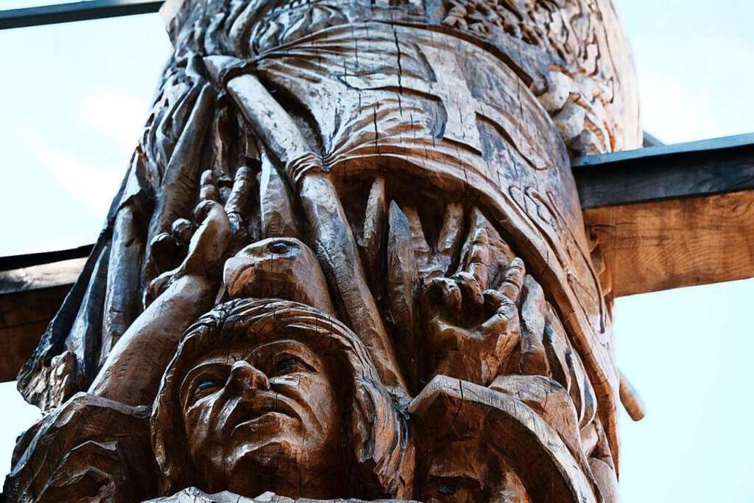 Die Bundschuheiche in Lehen: unten das...von Joß Fritz, oben die Bundschuhfahne    Foto: Michael Heilemann