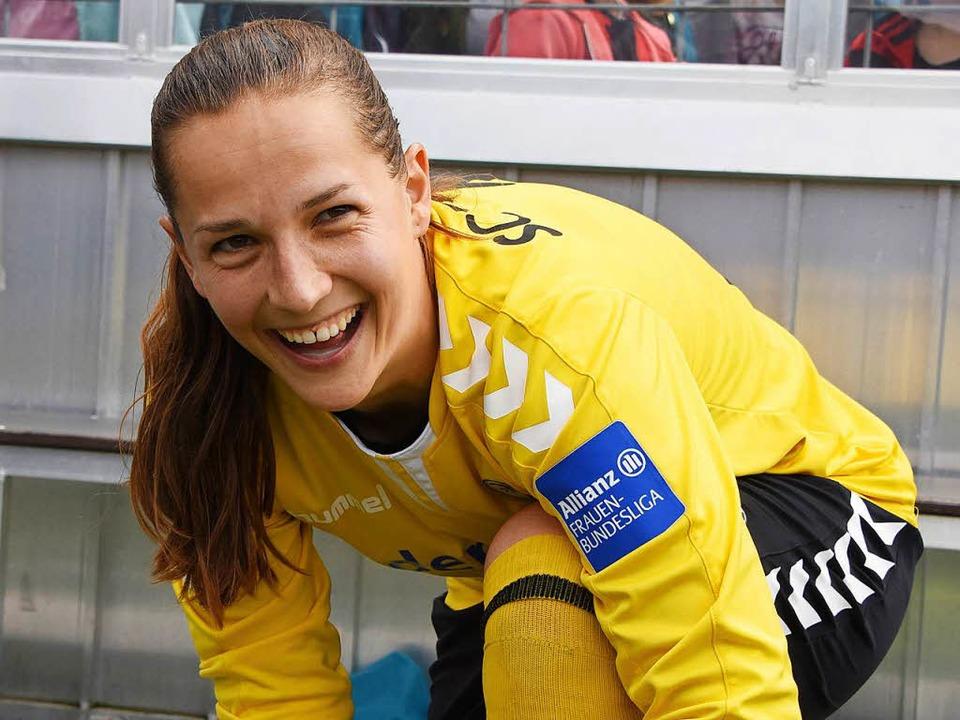 Laura Benkarth schnürt ihre Fußballsch...und seit 2012 auch fürs Nationalteam.     Foto: Patrick Seeger