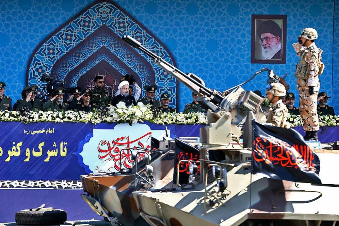 Irans Präsident Hassan Ruhani am Freitag bei einer Militärparade in Teheran  | Foto: dpa