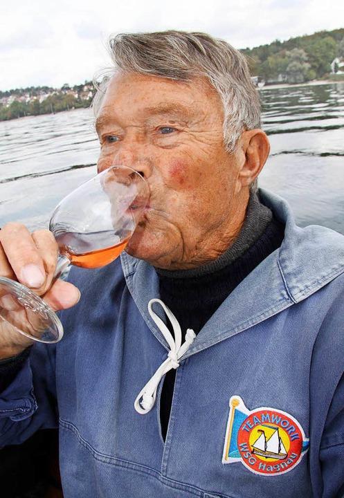 Schippert mit Touristen über den See und genießt den Wein: Gunther Hartmann  | Foto: dpa-tmn