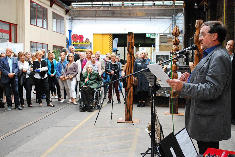 Das Wehrle-Werk als perfekter Ausstellungsraum; Werner Tegeler bei der Eröffnung  | Foto: Sylvia-Karina Jahn