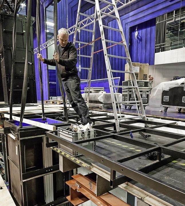 Auch die Bühnentechnik, hier beim Aufbau, besichtigen die BZ-Leser.  | Foto: JAN POTENTE