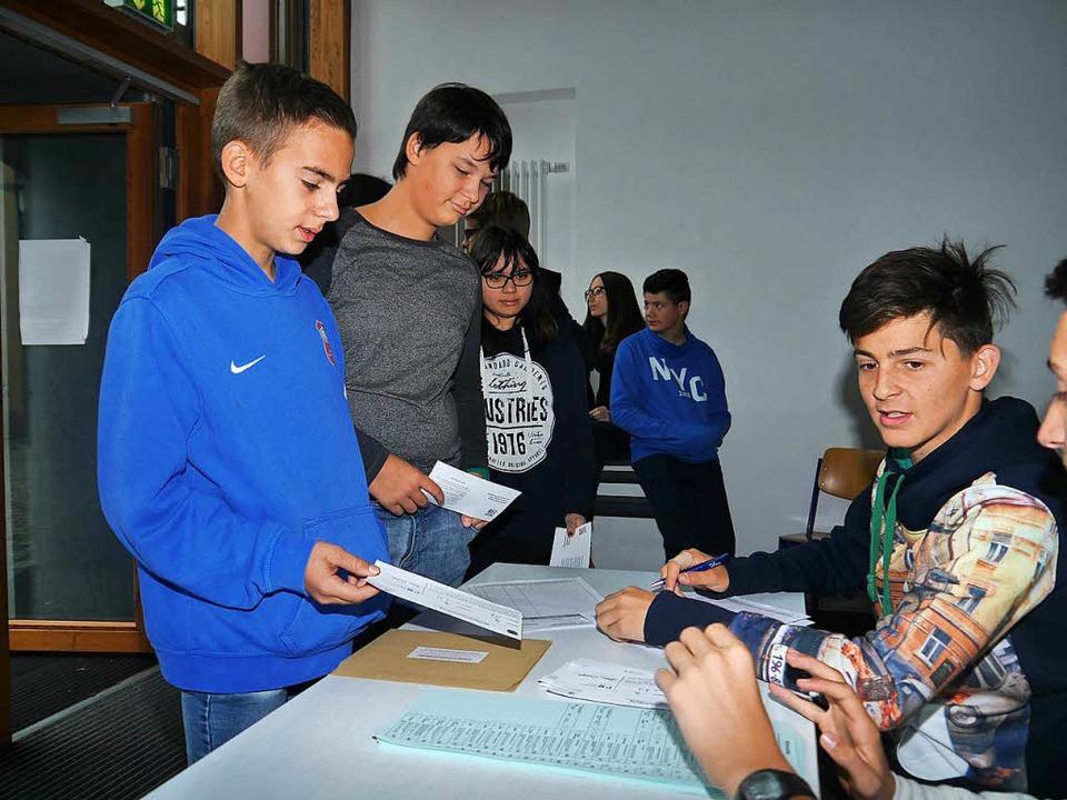 Mit der Wahlbenachrichtigung geht's zum Wahlschein  | Foto: Schule