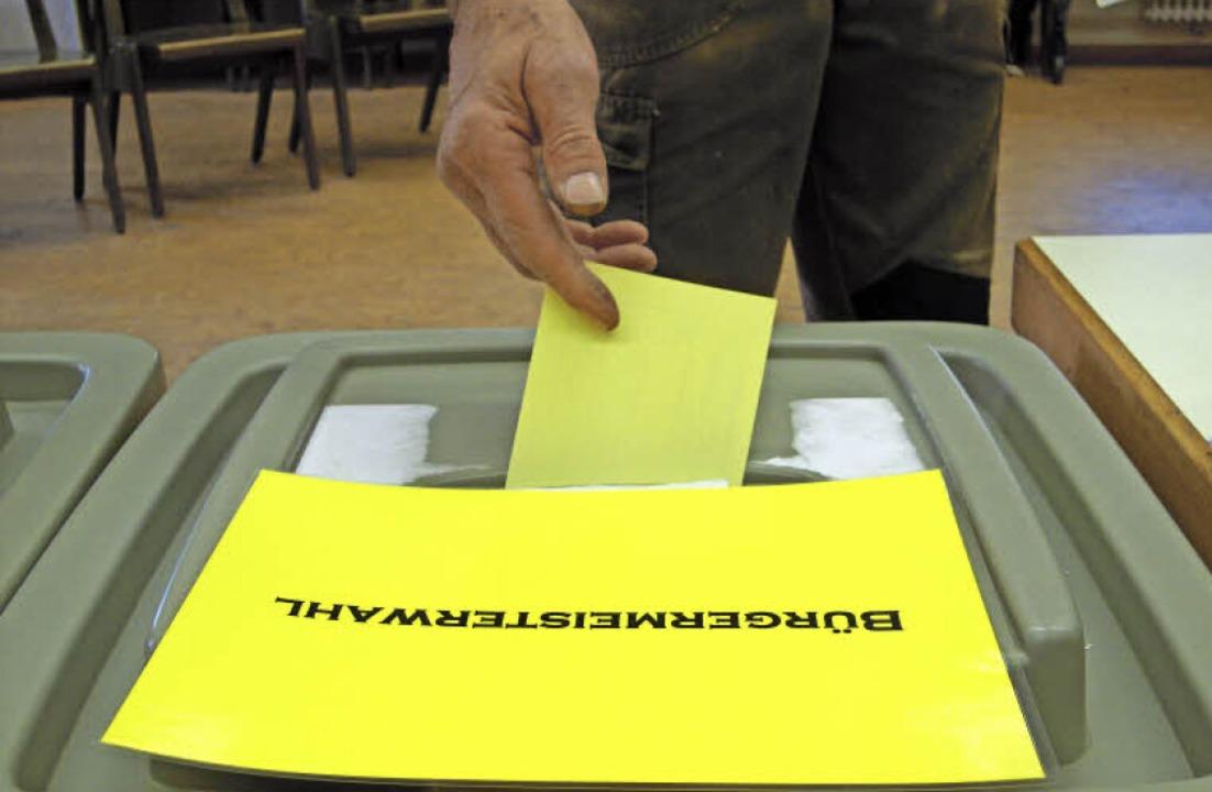 Ein Wahlberechtigter bei der Stimmabgabe in einem Herbolzheimer Wahllokal   | Foto: Lena Marie Jörger