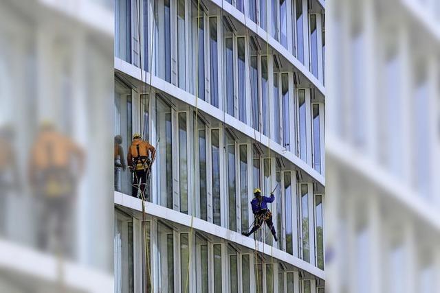 Fensterputzer auf Kletterpartie