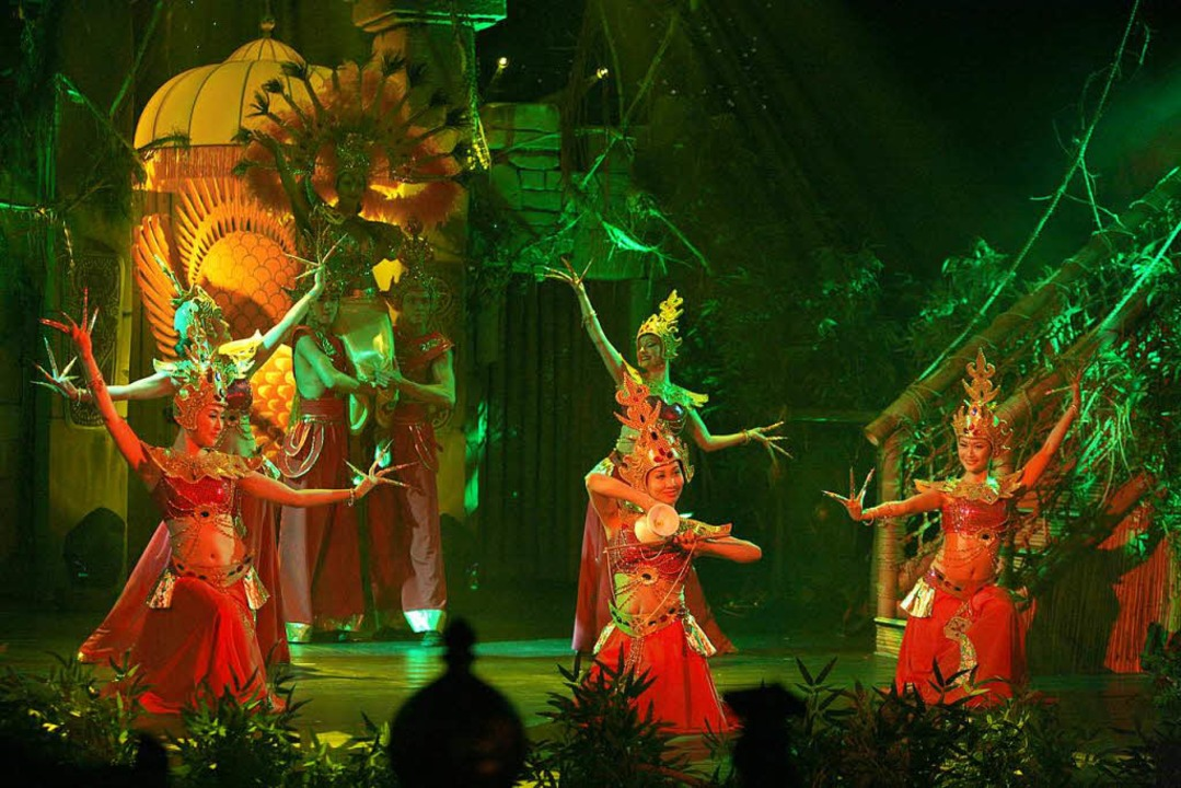 Tänzer und Akrobaten entführen Sie in eine märchenhafte Welt.    Foto: Europa-Park Rust
