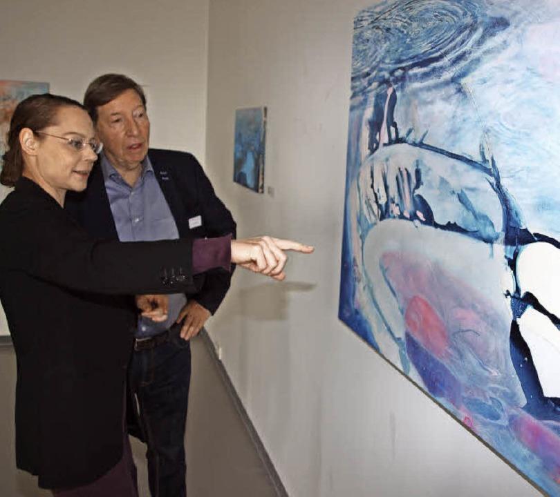 Jürgen Messmer und Galeristin Jona Markgraf vor den Bildern von Bernd Kirschner   | Foto: Michael Haberer