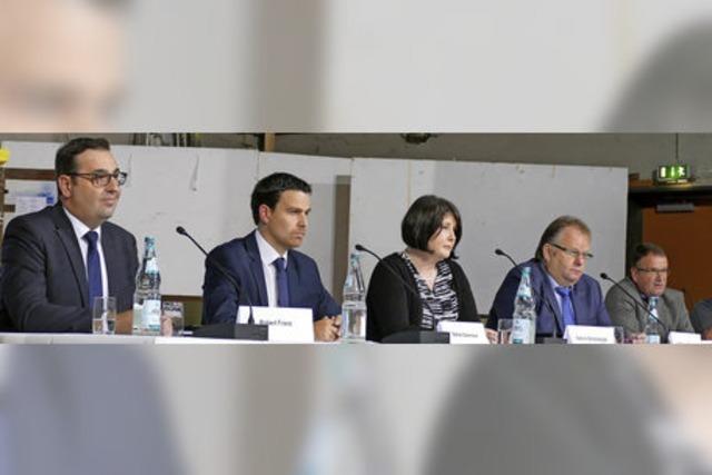 In der Rheinhalle in Hartheim präsentierten sich erstmals die Bewerber für den Bürgermeisterposten