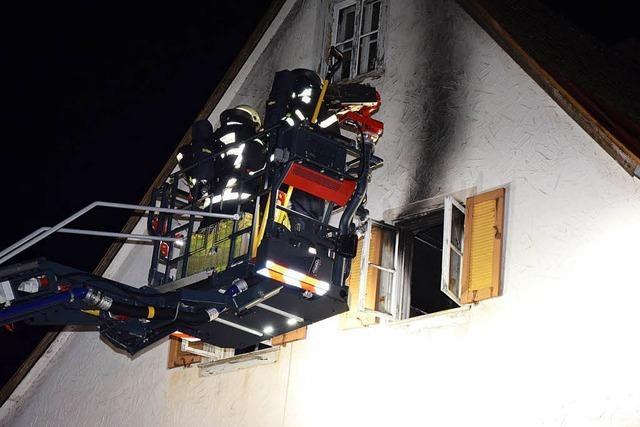 Mann schläft mit brennender Zigarette - Matratze fängt Feuer