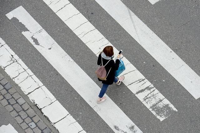 Autofahrerin gefährdet und beleidigt Fußgängerin am Zebrastreifen
