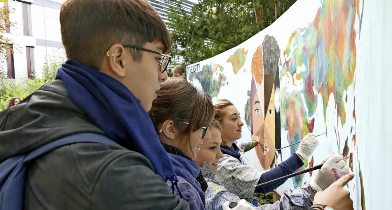 Schüler aus vier Nationen arbeiten gemeinsam an einem großen Kunstwerk.  | Foto: Lena Marie Jörger