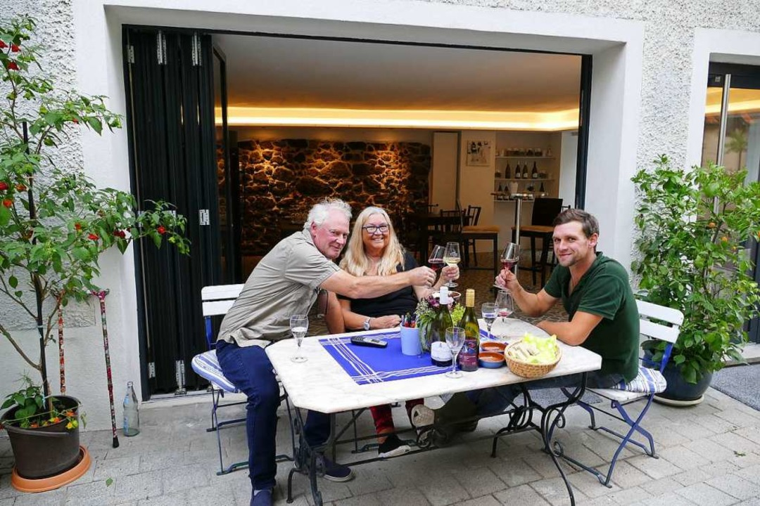 Franz Schmidt (links), Beate Wiedemann...ungenen Wiederaufbau des Weingutes an.  | Foto: Gerold Zink