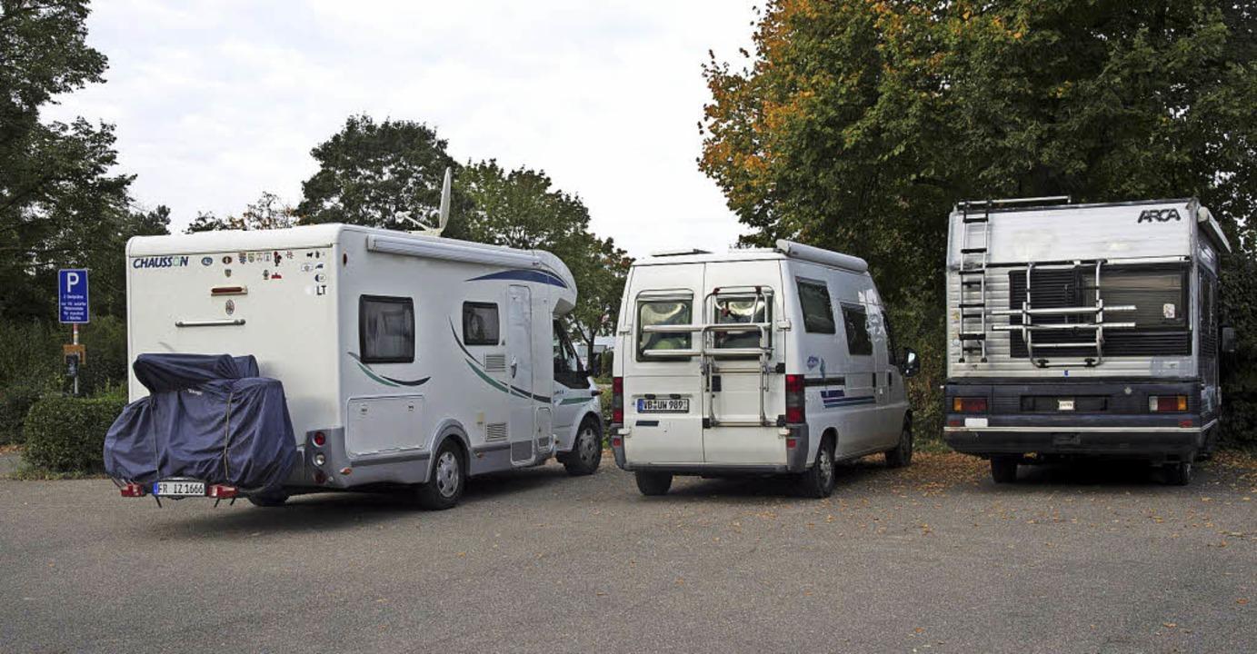 Zwei Wohnmobile dürfen beim Friedhof in Hügelheim parken, oft sind es auch mehr.  | Foto: Volker Münch
