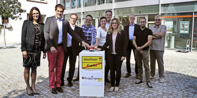 Das symbolische Buzzer-Drücken zum Start des Breitbands in Buggingen     Foto: Sigrid Umiger
