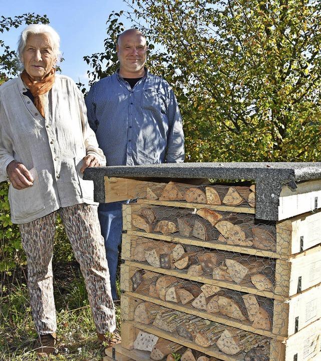 Ruth Noack und Thomas Nüssle vor der n...m Steinener Kreisel auf Gäste wartet.   | Foto: Katharina Maß