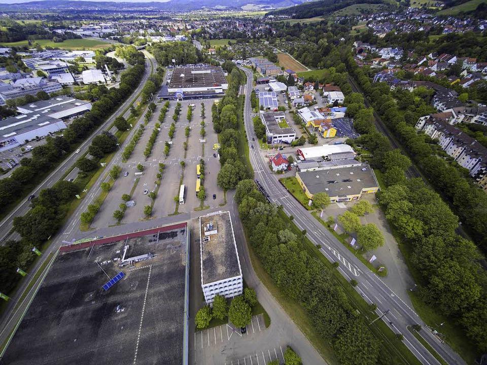 Das Gebiet Zähringen Nord heute (links...plant mit Grünspange und Wohnblöcken.   | Foto: Michael Saurer; Ingo Schneider