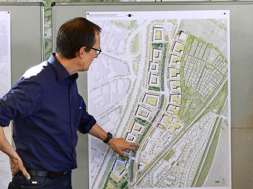 Jurypräsident Rudolf Scheuvens erklärt das Konzept des Planungsbüros.  | Foto: Ingo Schneider