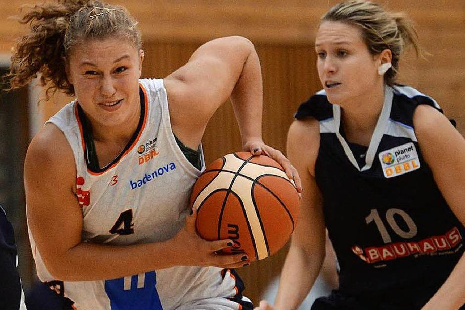Viele Spielerinnen sind neu beim USC Freiburg, aber Luana Rodefeld (links) spielte bereits im vergangenen Jahr für die Eisvögel . Neu ist aber, dass sie Kapitänin des Teams ist. (Foto: Patrick Seeger)