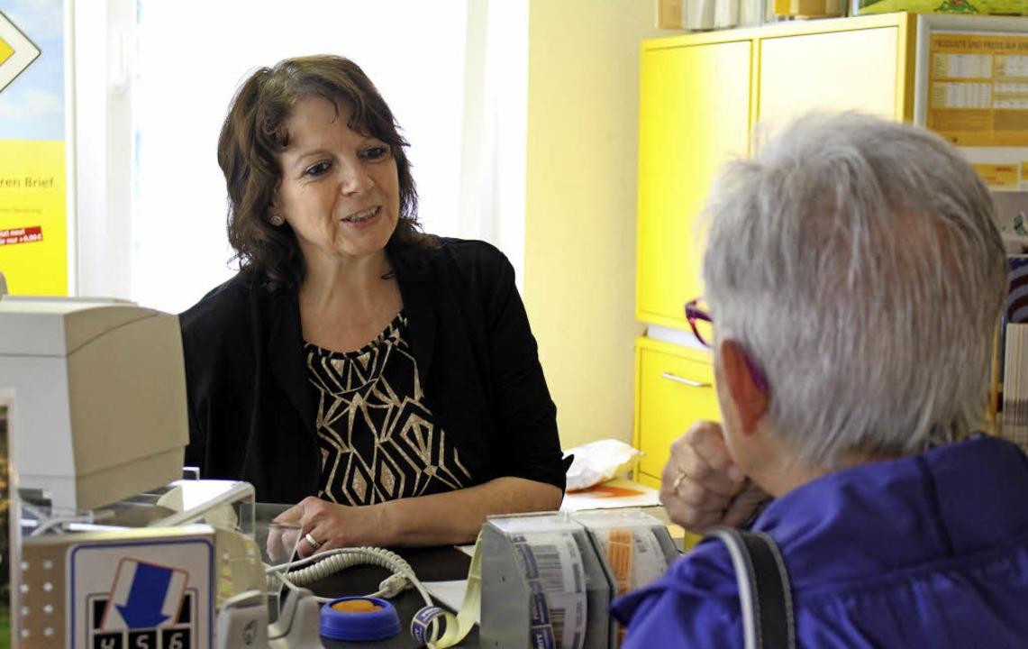 Elke Zängerle im Gespräch mit  einer K...m zur Bäckerei gehörenden Postschalter  | Foto: Jenny Medow