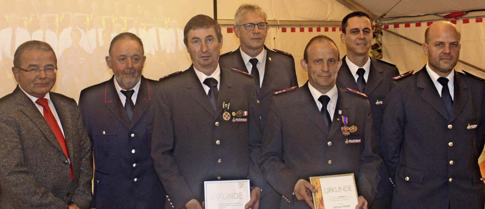 Sie feierten kräftig mit: (von links) ...e-Gesamtkommandant  Matthias Puchtler.  | Foto: Rolf Rhein