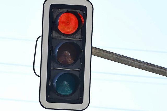 Autofahrer missachtet Rotlicht und knallt danach gegen Ampelmast