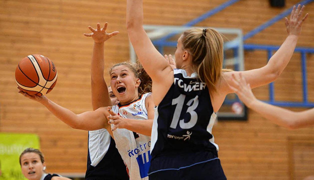 Luana Rodefeld (weißes Trikot) im Duell mit einer Kontrahentin des TSV Speyer.  | Foto: Patrick Seeger