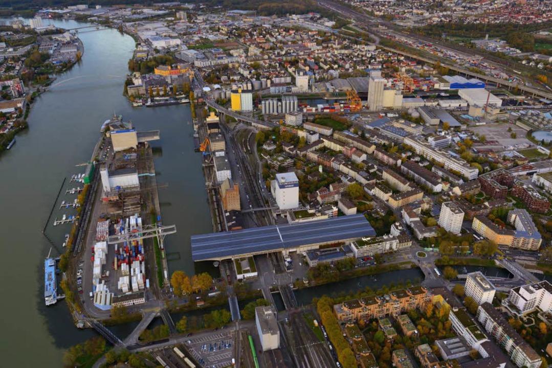 Der Westquai im Hafen Kleinhünigen (li...tte Hafenbecken verlagert werden soll.  | Foto: Manfred Richter