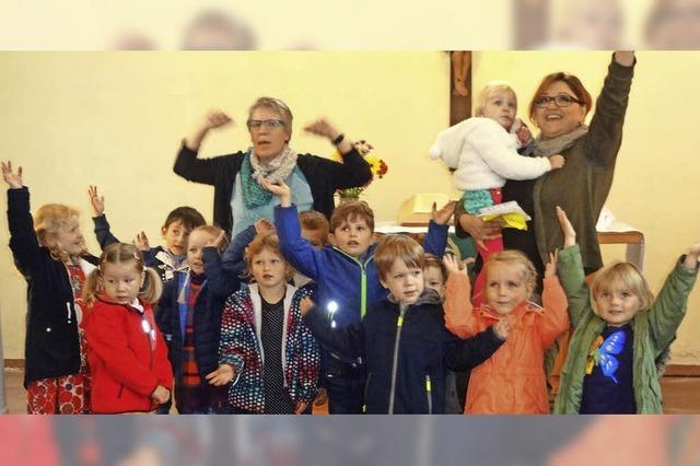 Kinder füllen die Kirche