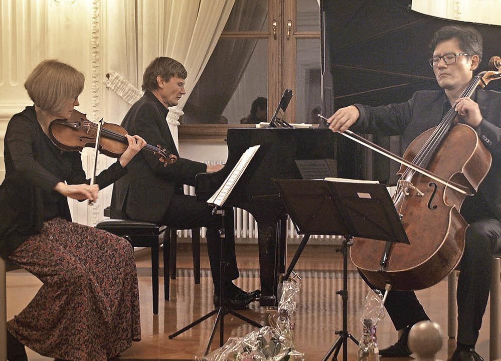Das Trio mit Ilona Then-Bergh, Geige, ...ien zu wahren Begeisterungsstürmen hin  | Foto: Karin Stöckl-Steinebrunner