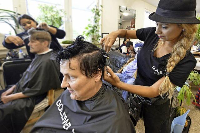Friseure schneiden Obdachlosen beim