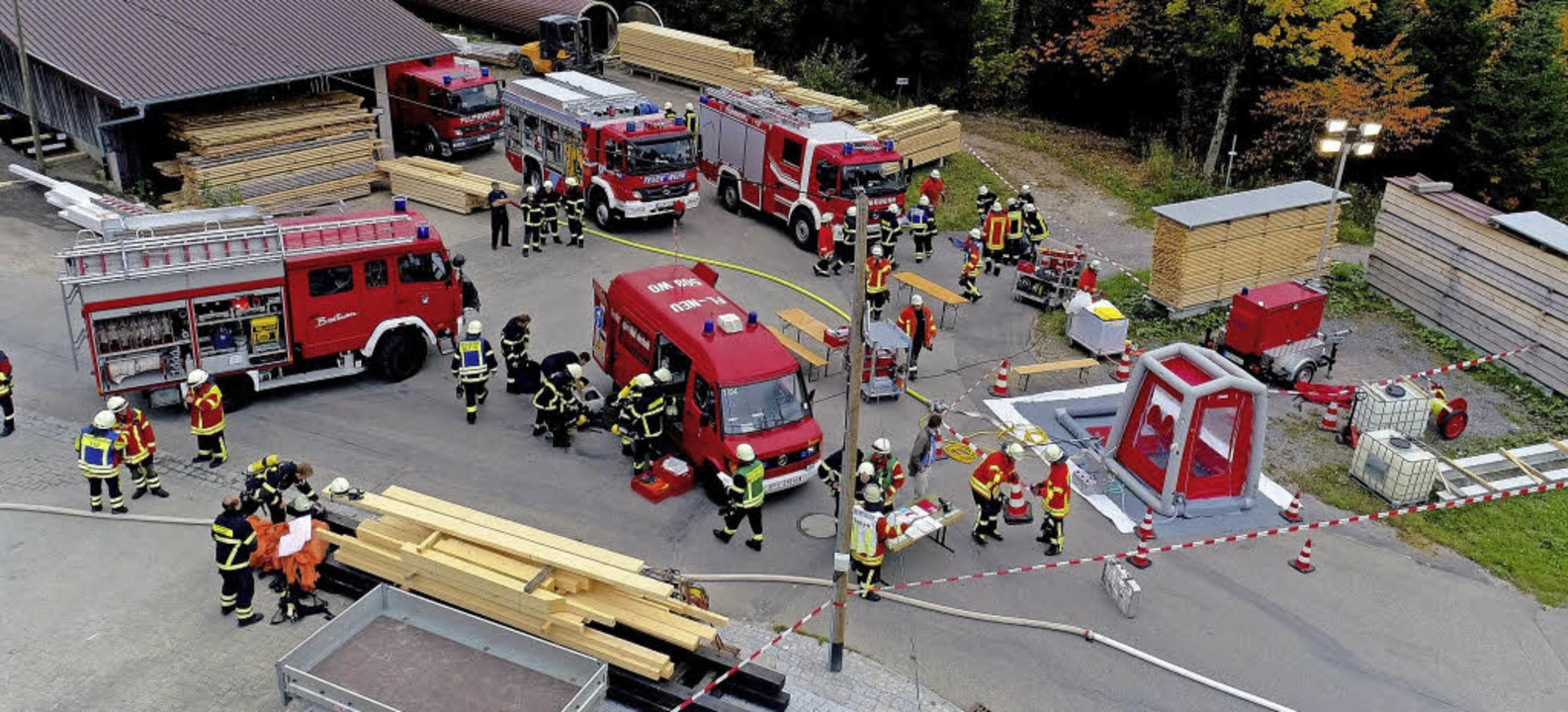 80 Mann und 15 Einsatzfahrzeuge Hochsc...ebiet Ödenbach in Breitnau beteiligt.   | Foto: Feuerwehr