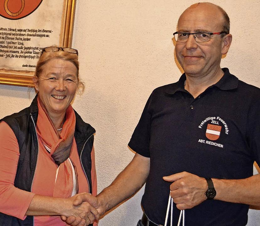 <BZ-FotoAnlauf>Ehrung in Riedichen:</B...hrista Rätzer dankt  Werner Kuttruff.   | Foto: paul berger