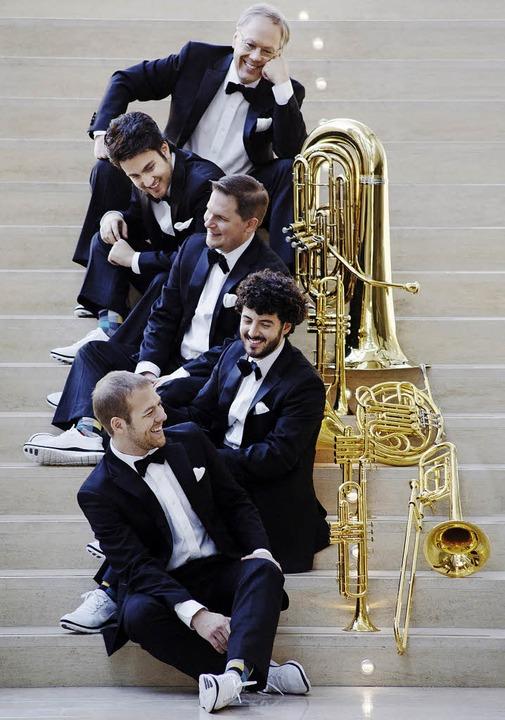 Der Tubist Chuck Daellenbach (ganz obe...lechbläserquintett Canadian Brass an.   | Foto: Bo Huang
