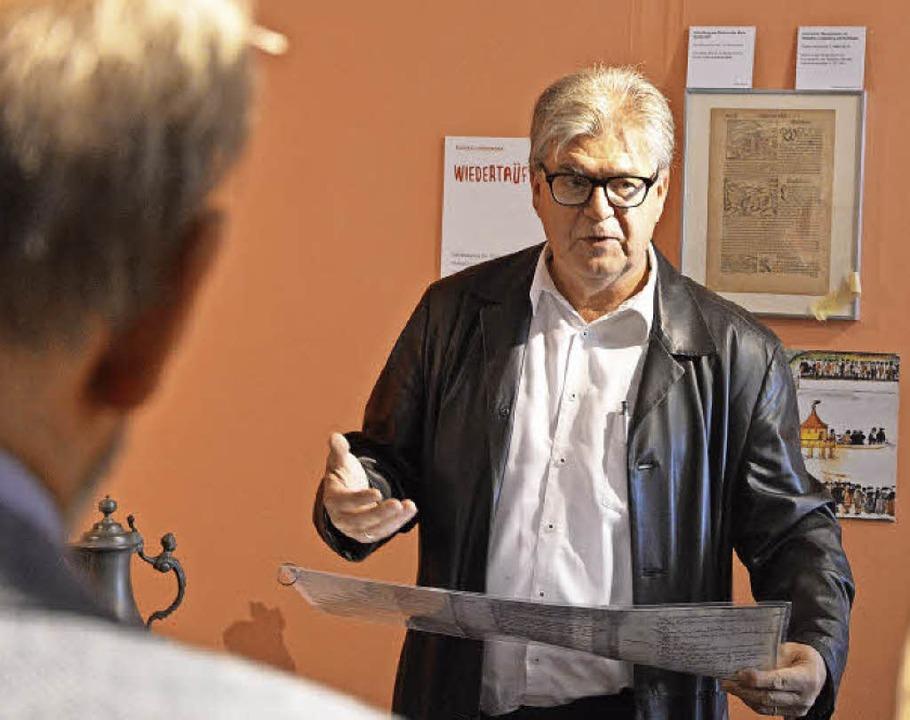 Kurator Peter Kunze in der Ausstellung.  | Foto: Barbara Ruda