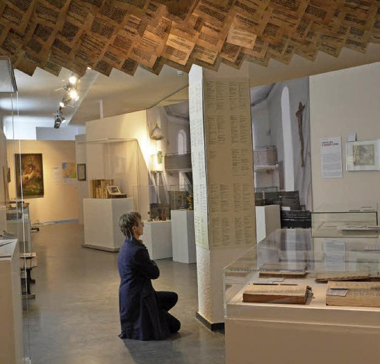Dekanin Schäfer besichtigt die Ausstellung.   | Foto: Barbara Ruda
