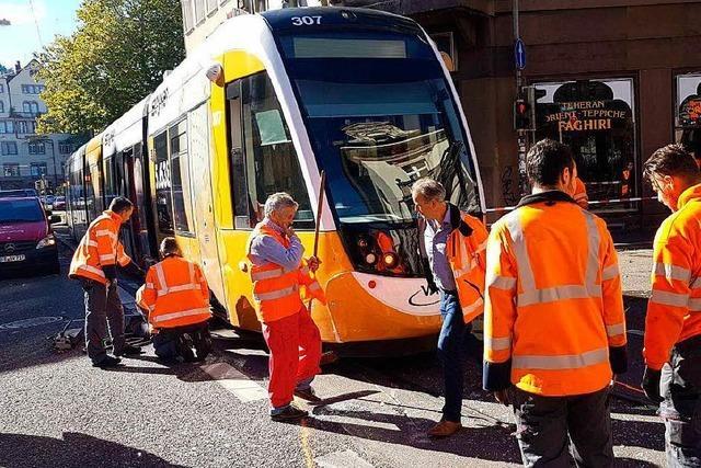 Straßenbahn entgleist nach Kollision mit Auto - drei Personen verletzt