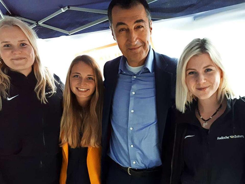 Kim, Hannah und Rebecca mit Cem Özdemir  | Foto: BZ