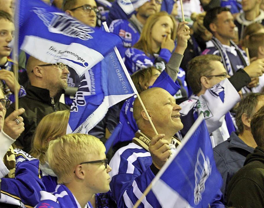 Endlich wieder daheim: Die Fans der Wi...tags-partie gegen die Düsseldorfer EG.  | Foto: reinhardt